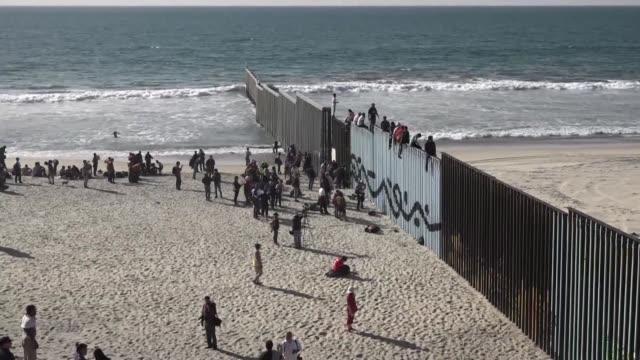 un grupo de 350 migrantes centroamericanos llego el martes a la frontera de mexico con estados unidos donde ya los esperaban oficiales y soldados en... - grueso stock videos and b-roll footage