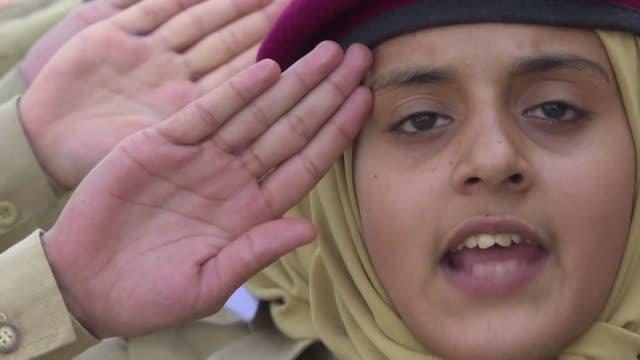un grupo de 70 alumnas estudia en una revolucionaria academia de pakistan que busca formar mujeres para las fuerzas armadas la institucion mas... - liderazgo stock videos and b-roll footage
