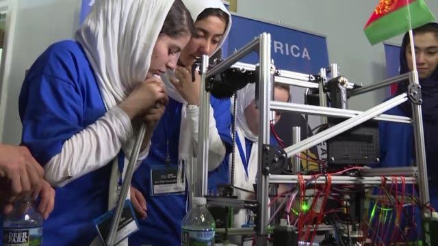 vídeos y material grabado en eventos de stock de un grupo de adolescentes afganas logro asistir a un concurso de robótica en washington el lunes a pesar de que sus visas habían sido negadas... - ee.uu