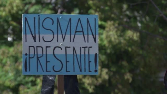 un grupo de ciudadanos y dirigentes políticos rindio el miercoles homenaje a alberto nisman el fiscal cuya muerte hace dos meses sigue envuelta en un... - procuratore video stock e b–roll