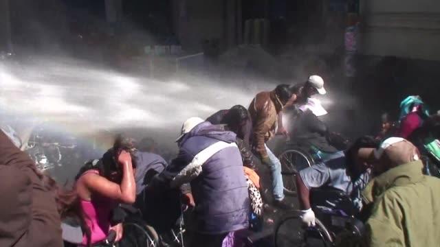 un grupo de discapacitados intento romper un cerco policial en la paz en el marco de protestas para exigir al gobierno el aumento de un bono - disability benefits stock videos & royalty-free footage