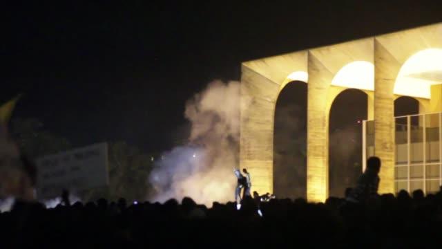 un grupo de manifestantes intento incendiar el ministerio de relaciones interiores en brasilia tras la manifestacion del jueves en protesta por los... - sportweltmeisterschaft stock-videos und b-roll-filmmaterial