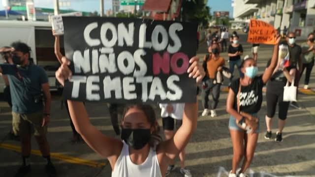 vídeos de stock e filmes b-roll de un grupo de manifestantes protestó el lunes en panamá para exigir cárcel contra los presuntos involucrados en violaciones y malos tratos a niños en... - exigir