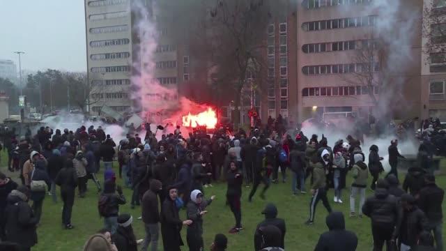Un grupo de manifestantes y policias chocaron en Bobigny un suburbio de Paris durante una protesta que pedía justicia para Theo un joven negro...