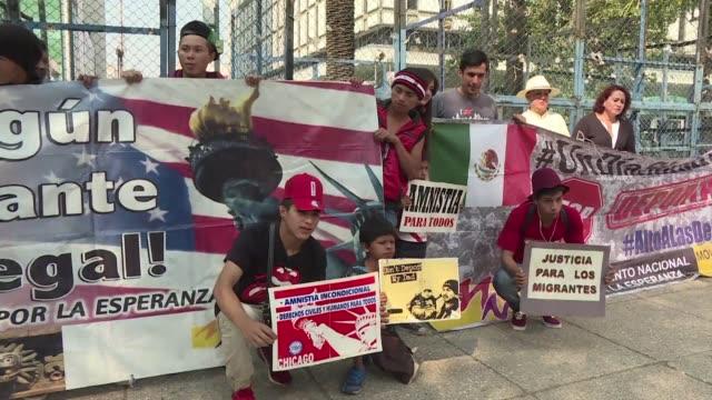 un grupo de mexicanos deportados de estados unidos y migrantes centroamericanos se manifestaron el martes frente a la embajada de ese pais en la... - politica stock videos & royalty-free footage