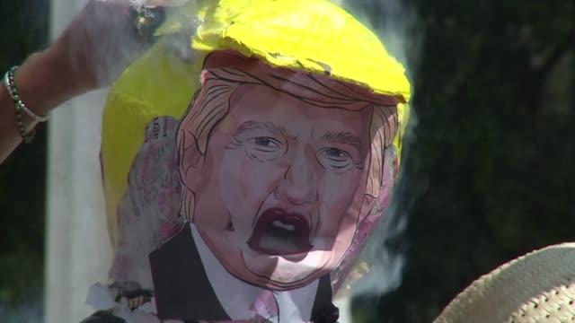 un grupo de mexicanos rompe y quema pinata del candidato republicano a la presidencia de estados unidos donald trump en la ciudad de mexico para... - en papier stock videos & royalty-free footage