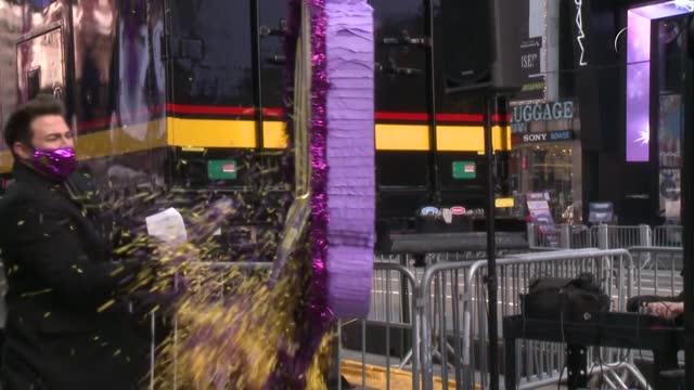 un grupo de neoyorquinos construyeron una piñata con los mensajes de despedida a 2020 que varias personas enviaron de manera virtual y la destruyeron... - papier stock videos & royalty-free footage