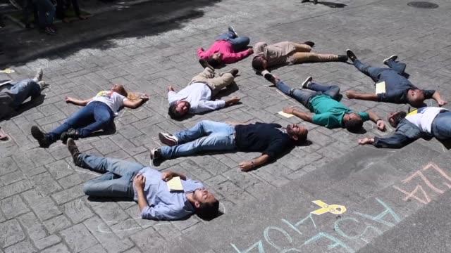 un grupo de opositores que estuvieron presos en venezuela y familiares de otros que estan aun detenidos protestaron el martes tirandose en el piso... - reclining stock videos & royalty-free footage