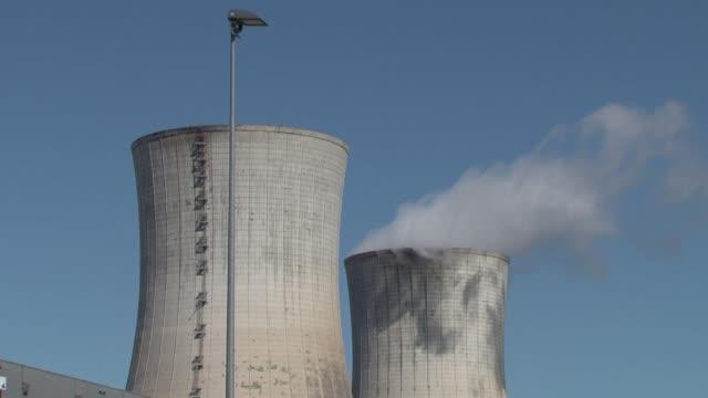 un grupo energetico frances confirmo este lunes un contrato para construir dos reactores nucleares en inglaterra a pesar de la catástrofe en... - nuclear reactor stock videos & royalty-free footage