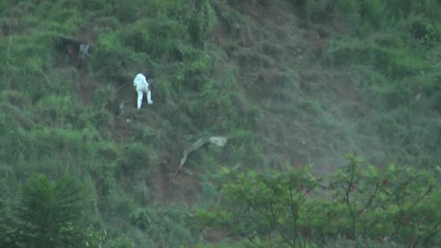 un helicoptero militar de fabricacion rusa cayo a tierra el martes en el noroeste de colombia y sus diez ocupantes murieron - america latina video stock e b–roll