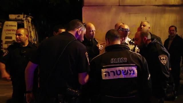 Un hombre hirio el jueves a seis personas al abrir fuego y acuchillar a transeuntes en el mercado de Petah Tikva cerca de Tel Aviv indico la policia...