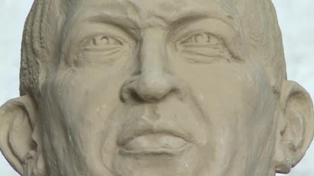 un homenaje de altura para hugo chavez julio cesar briceno un artista de 63 anos trabaja en una escultura del expresidente venezolano de 320 metros y... - escultura stock videos & royalty-free footage