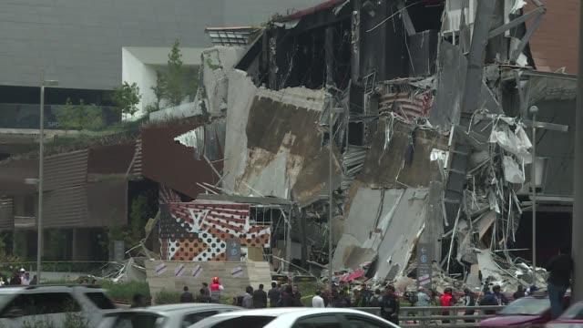 un impresionante derrumbe en parte de una centro comercial al sur de la ciudad de mexico causa susto pero no deja heridos - centro comercial stock videos & royalty-free footage