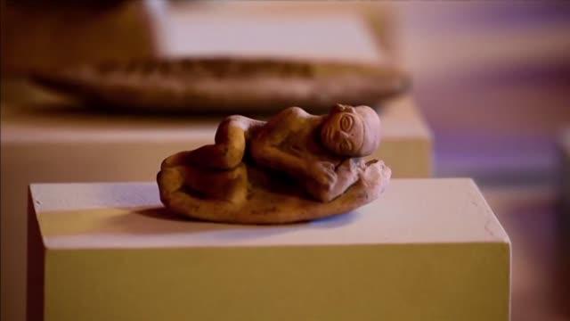 un incalculable tesoro de casi 700 piezas de arte precolombino regreso a colombia once anos despues de ser confiscado por espana durante una... - arqueologia stock videos & royalty-free footage