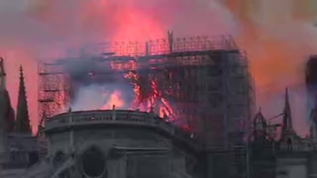 vídeos y material grabado en eventos de stock de un incendio arrasaba el lunes la emblematica catedral de notre dame de paris el monumento historico mas visitado de europa provocando el derrumbe de... - aguja chapitel