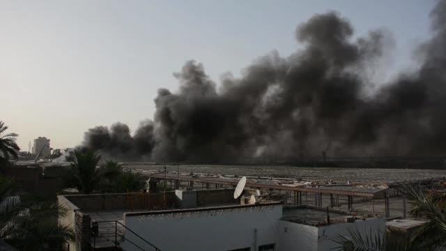vídeos de stock, filmes e b-roll de un incendio destruyo el domingo en bagdad el deposito mas importante de boletas de votacion en irak almacenadas tras las elecciones legislativas del... - irak