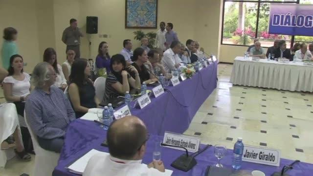 vídeos y material grabado en eventos de stock de un informe academico presentado a los negociadores de paz del gobierno colombiano y las farc senala que estados unidos alimento el conflicto con... - ee.uu