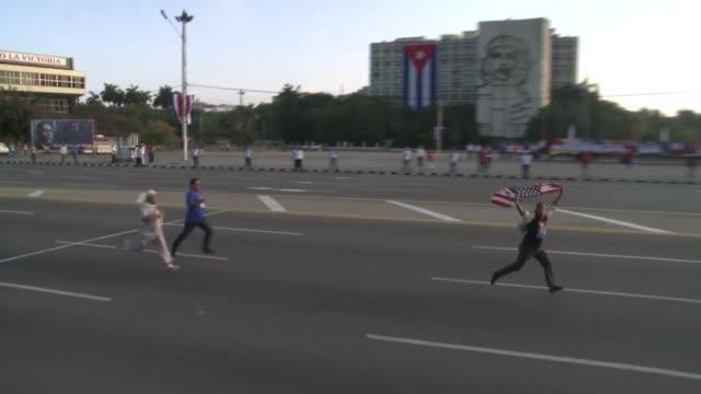 un joven cubano que ondeaba una bandera de estados unidos fue detenido el lunes por fuerzas de seguridad en la habana tras irrumpir en el desfile del... - sindicatos stock videos & royalty-free footage