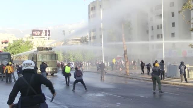 stockvideo's en b-roll-footage met un joven resultó herido grave en un viernes más de protestas en santiago al caer desde un puente cercano a la plaza italia, epicentro de la revuelta... - puente