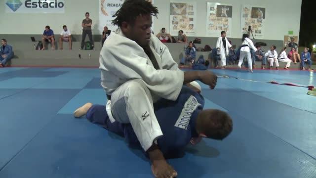 un judoca congoleno que vive en una favela de rio de janeiro entrena para hacer realidad su sueno de clasificar a los juegos olimpicos integrando el... - refugiado stock videos & royalty-free footage