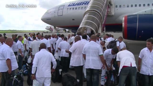 stockvideo's en b-roll-footage met un medico cubano de 43 anos se contagio del virus del ebola en sierra leona uno de los paises mas afectados por esta fiebre hemorragica - bloedverlies