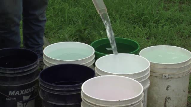 un mes y medio despues de un derrame petrolero que contamino su mayor fuente hídrica, los habitantes de maturin, en el este de venezuela, dicen estar... - agua stock-videos und b-roll-filmmaterial