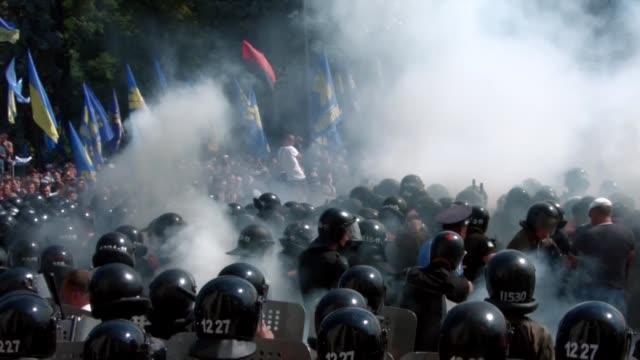 un miembro de las fuerzas de seguridad murio y otros 90 resultaron heridos en una explosion frente al parlamento de ucrania en kiev durante... - konflikt stock-videos und b-roll-filmmaterial