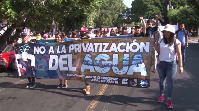 un millar de universitarios sindicalistas y miembros de organizaciones sociales marcharon el miercoles en san salvador para denunciar el intento en... - agua stock videos & royalty-free footage