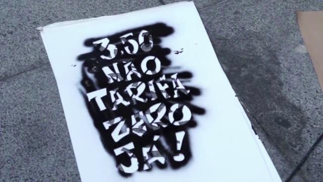 un nuevo aumento en las tarifas del transporte desato protestas este viernes en sao paulo y rio de janeiro convocadas por la misma organizacion que... - transporte bildbanksvideor och videomaterial från bakom kulisserna