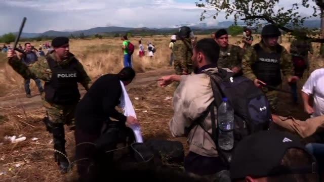 Un numero record de 2093 migrantes cruzo el lunes la frontera de Serbia con Hungria en medio de la peor crisis de refugiados en Europa desde la...