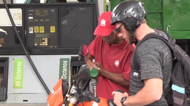 un pais petrolero que no tenga gasolina me parece absurdo opina un ingeniero venezolano al llegar a una estacion de servicio en la capital despues... - gasolina stock videos & royalty-free footage