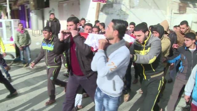 vídeos y material grabado en eventos de stock de un palestino que murio en la ciudad de rafa en el sur de la franja de gaza por los disparos de soldados egipcios desde el otro lado de la frontera... - de lado a lado