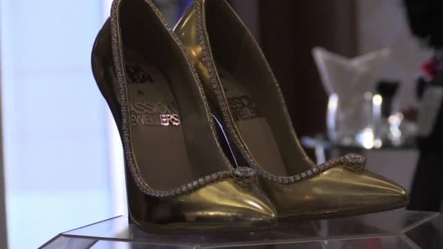un par de tacones hechos de cuero seda oro y 236 diamantes esta a la venta en dubai a un precio record 17 millones de dolares - seda stock videos & royalty-free footage