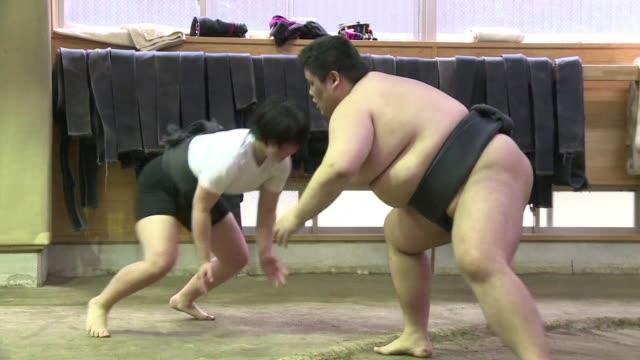 un pequeno pero creciente numero de mujeres se une al ring para practicar sumo en japon un tradicional deporte que hasta hace poco estaba reservado a... - hombres stock videos & royalty-free footage