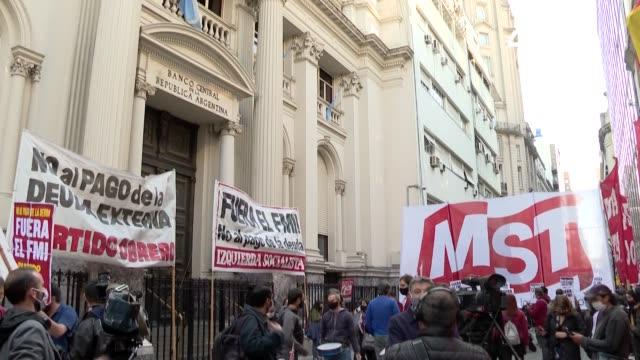 vídeos y material grabado en eventos de stock de un pequeño grupo de militantes de izquierda se manifestó el martes en contra del fondo monetario internacional a las puertas del banco central en... - a la izquierda de