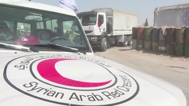 un primer convoy humanitario entro el lunes en el enclave rebelde sirio de guta oriental una región que ha sido blanco hace 20 días de una mortífera... - naciones unidas stock videos & royalty-free footage