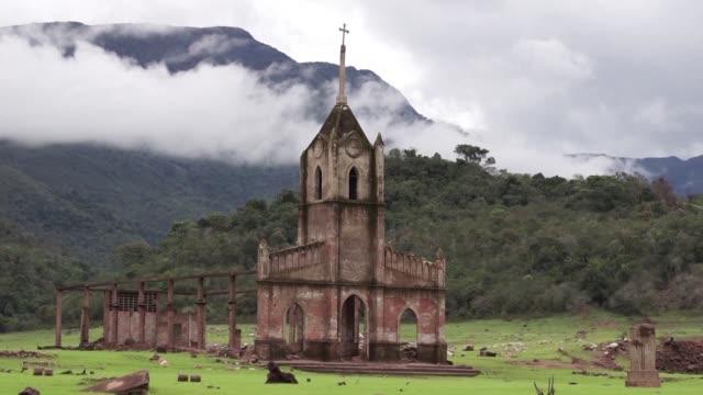un pueblo venezolano emergio de las aguas despues de 30 anos: la sequia lo dejo al descubierto despues de que fuera inundado para construir una... - agua stock-videos und b-roll-filmmaterial