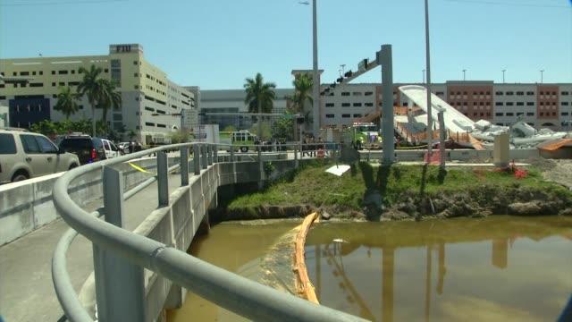 un puente peatonal recien instalado en miami colapso el jueves sobre una avenida de seis vias y cayo sobre algunos coches dejando varias personas... - puente stock videos & royalty-free footage
