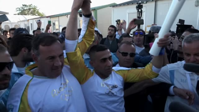un refugiado sirio y minusvalido de guerra transporto el martes la antorcha ol��mpica de rio 2016 en un campo de migrantes en atenas para recordar la... - refugiado stock videos & royalty-free footage