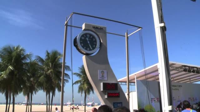 vídeos de stock e filmes b-roll de un reloj disenado por el fallecido arquitecto brasileno oscar niemeyer fue inaugurado este miercoles en la playa de copacabana de rio de janeiro para... - reloj