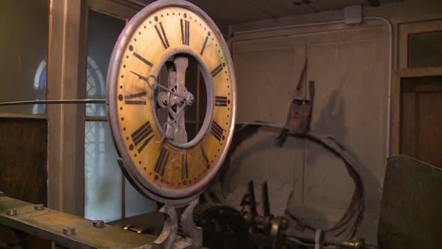 vídeos de stock e filmes b-roll de un reloj practicamente identico al de la catedral de notre dame de parís ha sido hallado en una iglesia cercana lo que ha despertado la esperanza de... - reloj