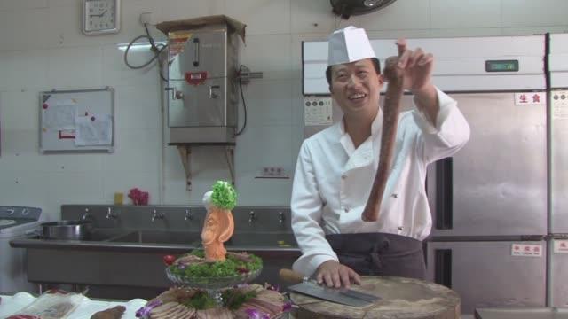 Un restaurante chino que sirve solo penes de animales un comedor que ofrece tragos de sangre de serpiente un plato paquistani de testiculos ovinos...