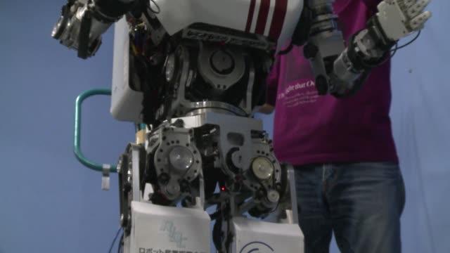 un robot que puede mover la pelvis casi tan bien como lo hacia elvis presley es la nueva creacion de científicos japoneses que buscan dotar a la... - knochen im beckenbereich stock-videos und b-roll-filmmaterial