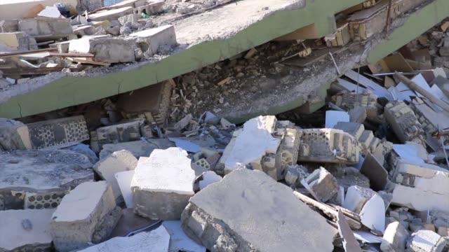 vídeos de stock, filmes e b-roll de un sismo de 73 impacto la noche del domingo la zona fronteriza entre iran e irak dejando cientos de muertos y miles de heridos - irak