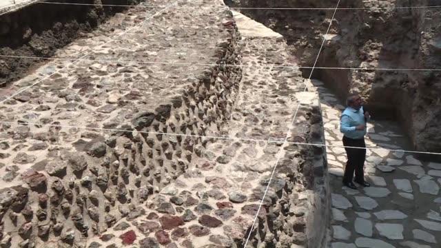 un templo dedicado al dios azteca del viento y una cancha ritual donde los aztecas jugaban el juego de pelota fueron descubiertos en pleno centro de... - arqueologia stock videos & royalty-free footage