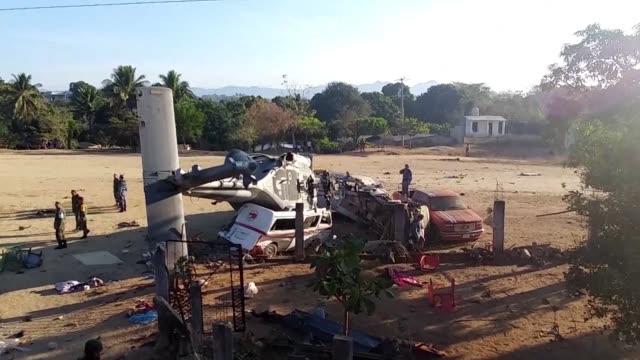 Un total de 13 personas entre ellas tres ninos murieron por el impacto en tierra del helicoptero que transporto al secretario de Gobernacion de...