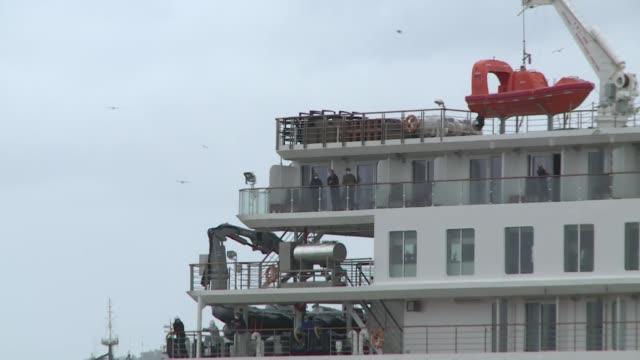 vídeos y material grabado en eventos de stock de un total de 15 pasajeros que en su mayoría contrajeron el coronavirus en el crucero australiano greg mortimer anclado en aguas uruguayas, partieron... - anclado