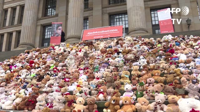 un total de 740 osos de peluche fueron colocados el jueves en las escalinatas de la sala de conciertos de berlin - niños stock videos & royalty-free footage