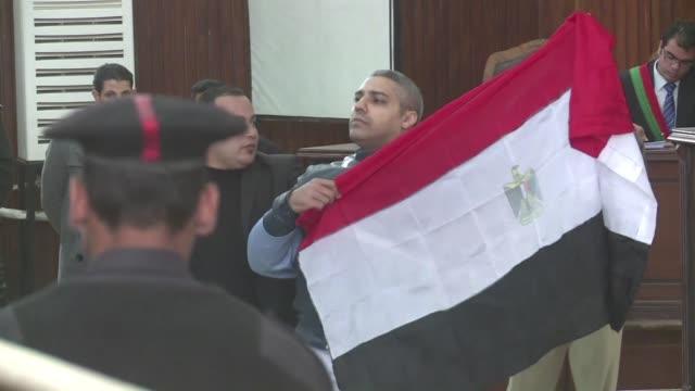 vídeos y material grabado en eventos de stock de un tribunal egipcio ordeno este jueves la puesta en libertad de dos periodistas de al jazeera encarcelados en el pais por su presunto apoyo a los... - jueves