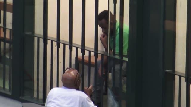 un tribunal italiano admitio el viernes un error de identidad en el juicio al eritreo acusado de dirigir una vasta red de traficantes de migrantes un... - dirigir stock videos and b-roll footage